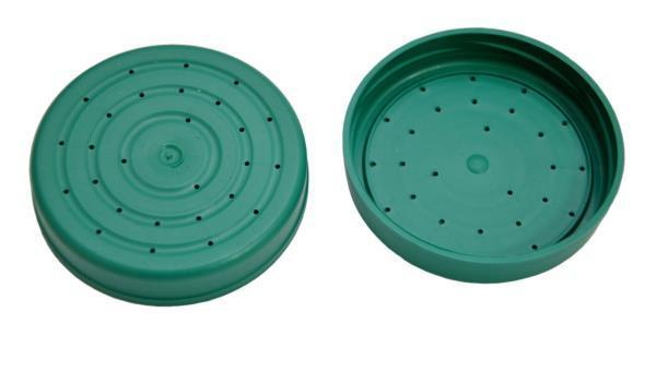 Capac de plastic cu gaurile pentru hranire.